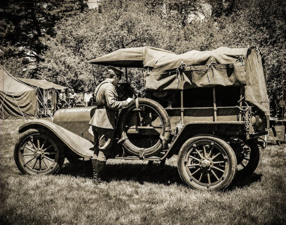 2014-09_PRINT_Info-_TITLE_Sue-Bonacci-WWI-Soldier-and-Ambulance_END_-978x768