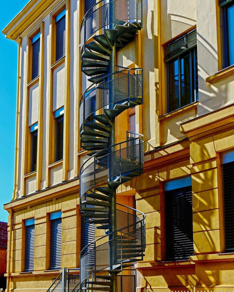 2015-02a-26-curvy-staircase-a2d9e2c53e9df33b46ff4e3d2406bdeed995532f